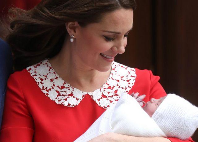 Герцогиня Кембриджская выходит из дверей больницы Сент-Мэри в Лондоне
