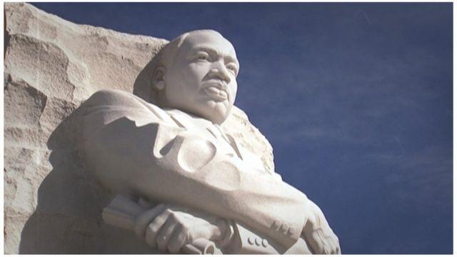 La escultura conmemorativa en piedra blanca de Martin Luther King, Jr. en Washington