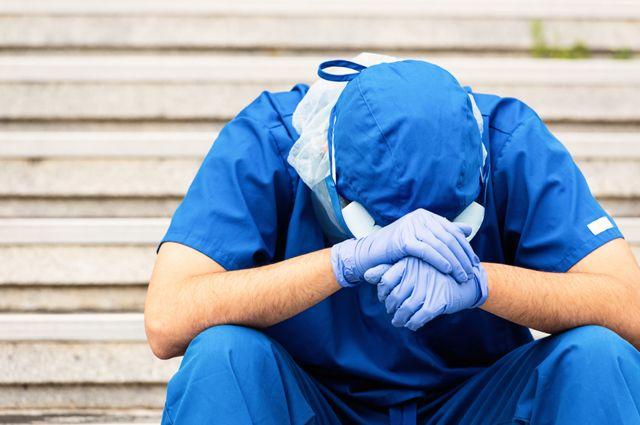 Un médico se agarra la cabeza