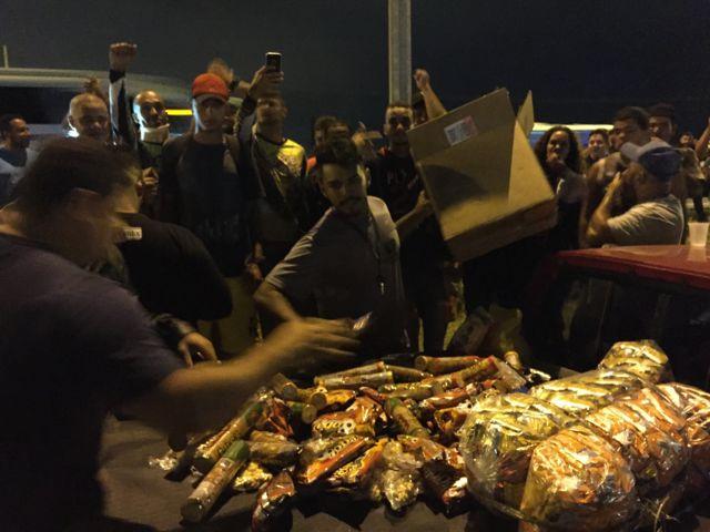 Caminhoneiros recebem biscoitos e água
