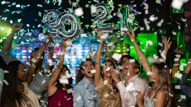 Personas festejan la llegada de 2021.