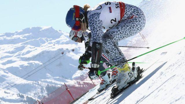 Las Française Adeline Baud Mugnier en compétition avec la Slovaque Veronika Velez lors de la finale des Mondiaux de ski le 14 février