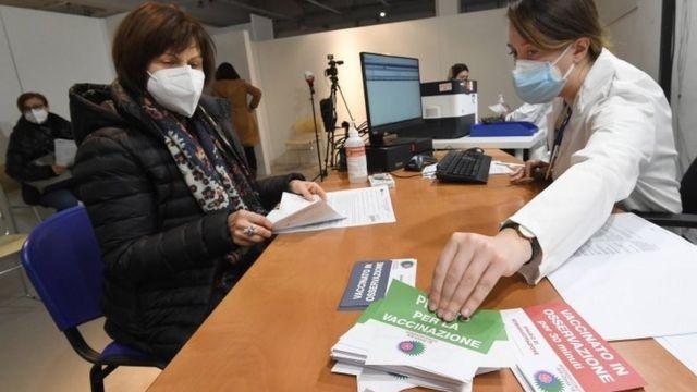Professora italiana se preparando para ser vacinada