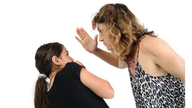 tokat atan bir anne (temsili)