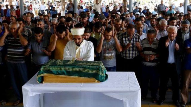 結婚式の爆弾攻撃では生後3カ月の女の子も犠牲になった。写真は女の子の葬儀(21日)