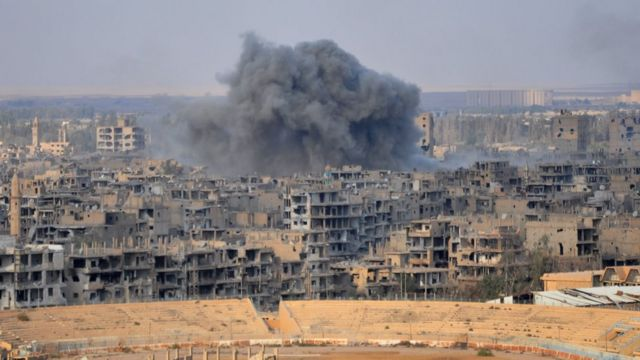 Smoke billows from the eastern Syrian city of Deir Ezzor during an operation by Syrian government forces against Islamic State (IS) group jihadists on November 2, 2017.