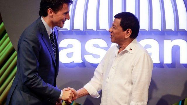 Waziri mkuu wa Canada Justin Trudeau (kushoto) akiwa pamoja na rais wa Ufilipino Lodrigo Duterte mjini Manila mwaka 2017