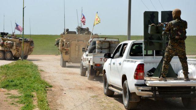 Suriya-Türkiyə sərhəddində birlikdə hərəkət edən ABŞ və YPG əsgərləri