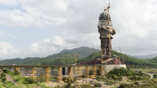 La estatua en proceso de construcción.