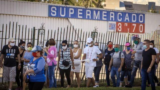İnsanlar Havana'daki bir süpermarkette ABD doları ile ürün almak için kuyruğa giriyor
