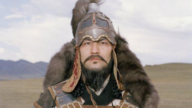 चंगेज़ ख़ान के रोल में एक कलाकार.