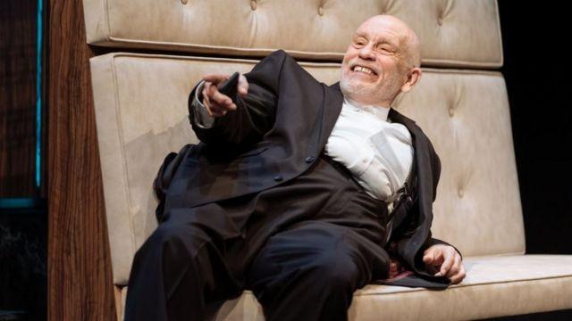 Джон Малкович демонстрирует в спектакле широкий спектр не только вербальных но и пластических гэгов