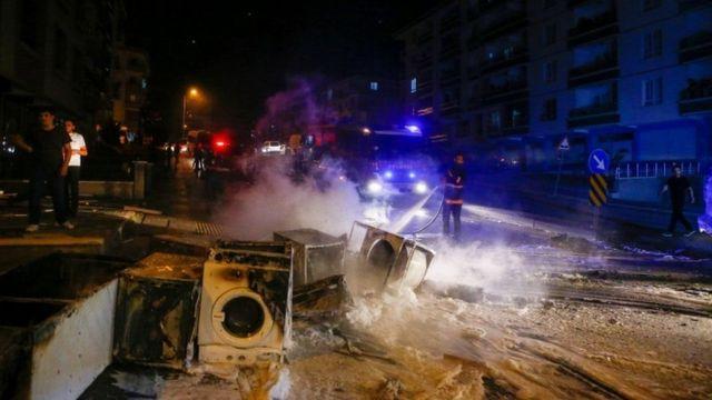 بالفيديو   لاجئ سوري يقود سيارة إسعاف ويستهدف المارة بهدف دهسهم في تركيا