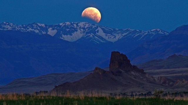 """""""La luna rojiza tiene lugar todos los meses cuando está cerca del horizonte"""", afirma el profesor Margot."""