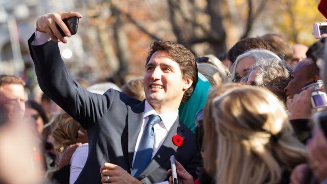 Канадский премьер-министр Джастин Трюдо снимает селфи со своими поклонниками