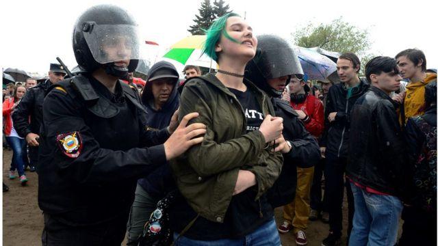 Санкт-Петербург шаарында полиция негизинен жаштарды камакка алганы кабарланууда