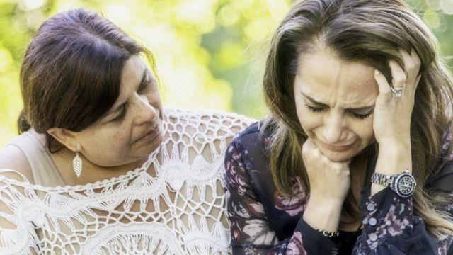 Mujer consolando a otra