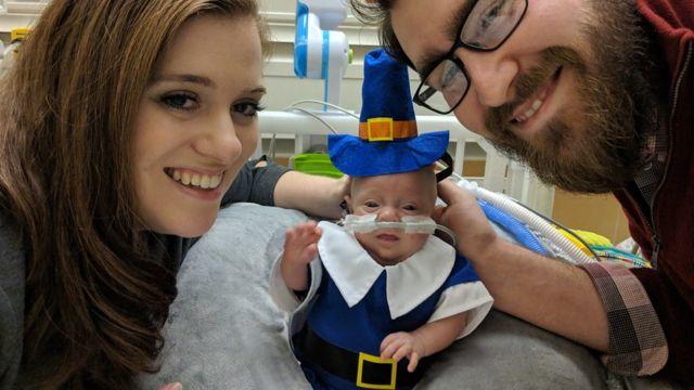 Connor vestido para o Dia de Ação de Graças, em novembro de 2018, ao lado dos pais
