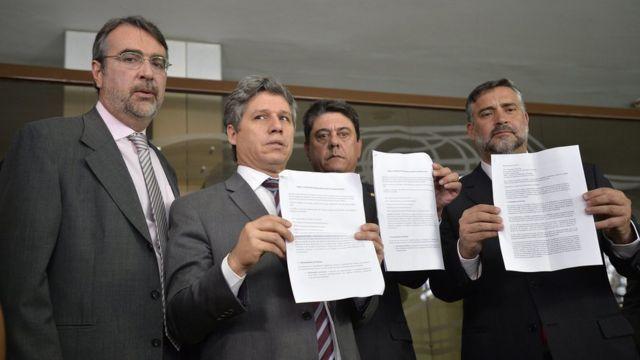 Deputados do PT apresentam documentos da denúncia que levaram à OEA