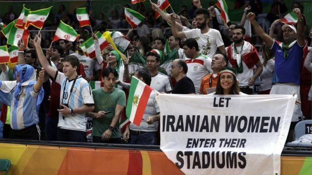 """Darya Safai muestra la pancarta en la que se lee """"Dejen a las mujeres entrar en los estadios"""""""