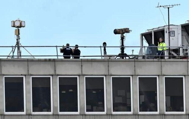 В пятницу утром на крыше аэропорта находились полицейские