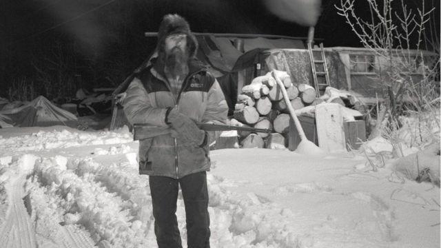 बर्फ के बीच खड़ा इंसान