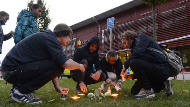 Candles are lit outside school in Trollhattan, Sweden (22 October 2015)