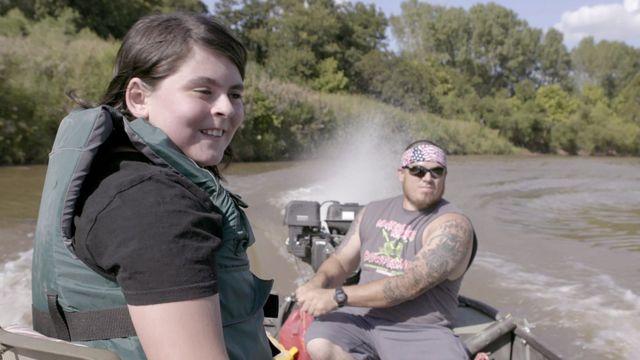ماثيو ووالده جوان في رحلة لصيد السمك.