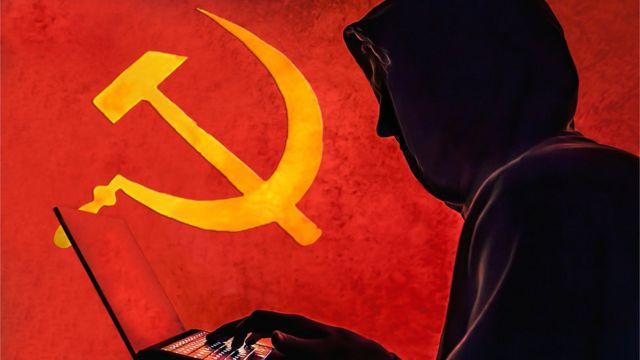 Silueta de un hacker sobre un fondo rojo con la hoz y el martillo.