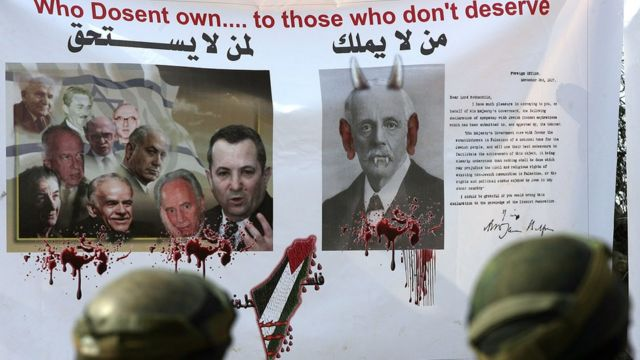 لافتة وضعها متظاهرون احتجاجا على وعد بلفور في الضفة الغربية المحتلة