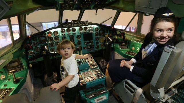 дети играют в пилотов