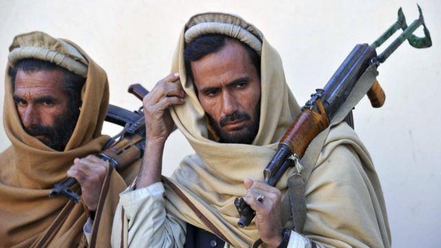 อดีตนักรบกลุ่มตาลีบันที่เข้าร่วมกระบวนการสร้างความปรองดองของรัฐบาลอัฟกานิสถาน ถืออาวุธเพื่อนำมาส่งมอบให้กับทางการ