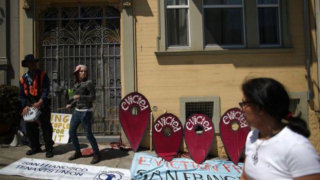在美国旧金山,有租客发起抗议,因为AirBnB租务,他们被房东赶出家门。