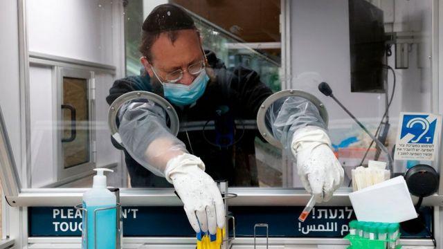 مسعف إسرائيلي يجمع عينات الاختبار