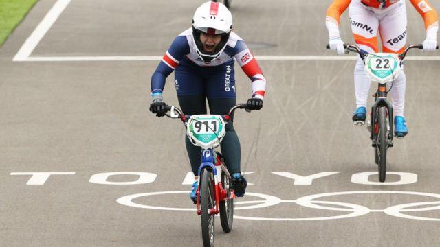 Bethany Shriever comemorando sua vitória no BMX, em Tóquio