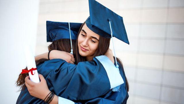 Estudiantes universitarias graduadas.