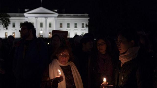匹兹堡枪击事件发生后,人们星期六晚在白宫外举行烛光守夜活动