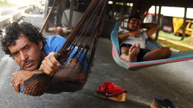 Camioneros esperan en un tranque en Nicaragua