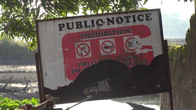 Placa informa que está proibido beber, pescar ou nadar na água.