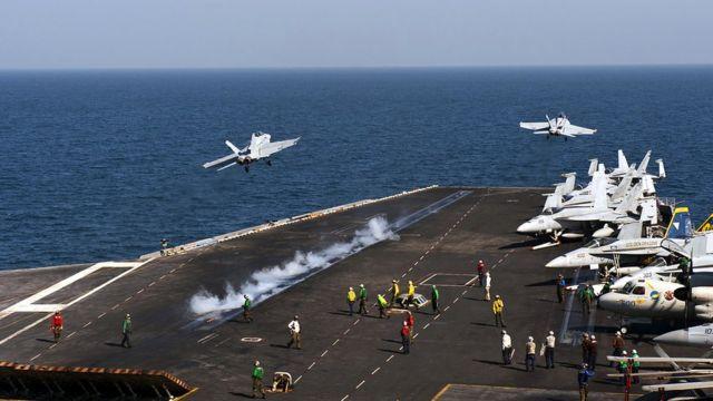 戰機起飛後甲板上的白煙就是蒸汽彈射裝置釋放的水汽,目前只有美國和法國的航空母艦配有這種裝置,讓從艦上起飛的戰機可以搭載更多燃料和武器。