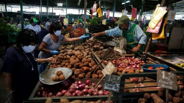 Gente en los mercados en Perú