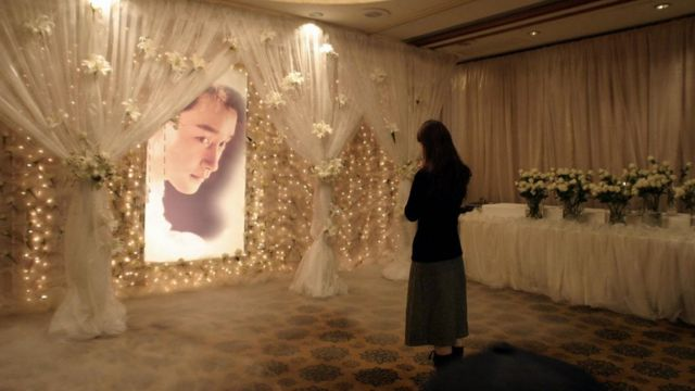 A woman visits a memorial shrine to the late Hong Kong film star and singer Leslie Cheung at the Mandarin Oriental hotel in Hong Kong, 01 April 2004, the location from where the 46-year-old star leapt to his death from the 24th floor one year before
