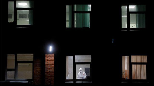 Медик в окне Санкт-Петербурга