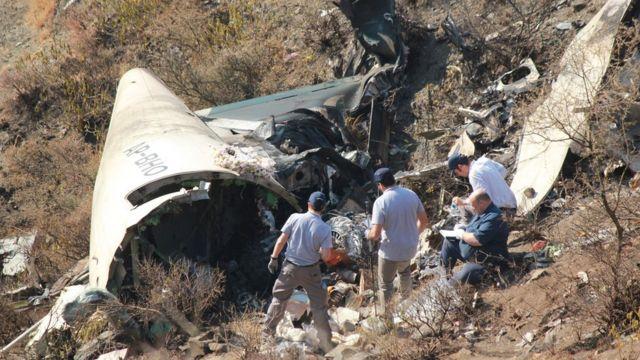 بقايا طائرة الخطوط الجوية الباكستانية التي سقطت في 7 ديسمبر/كانون الأول