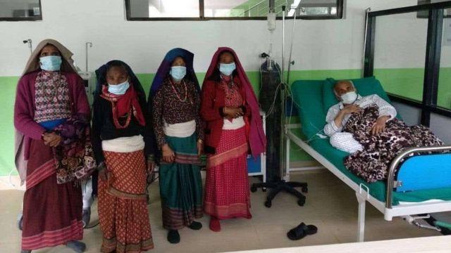 डाक्टर गोविन्द केसीलाई अस्पतालमा भेट्न आएका जुम्लाका स्थानीय बासिन्दा।