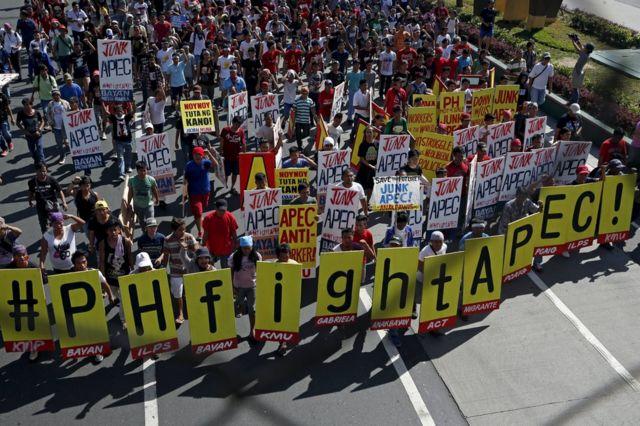 デモ参加者は「APECを破棄しろ」「APECは反労働者だ!」と書かれたプラカードを掲げた(19日)