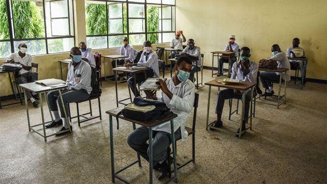 Les élèves de l'école secondaire Al-Haramain attendent que leur cours commence alors qu'ils assistent à leur premier jour d'école rouverte à Dar es Salaam, en Tanzanie, le 1er juin 2020.