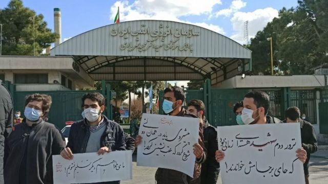 تعدادی از معترضان که بیرون ساختمان سازمان انرژی اتمی ایران تجمع کرده بودند