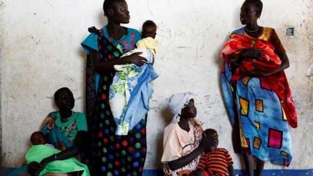 Güney Sudan'da kadınlar UNICEF destekli sağlık taraması için bekliyorlar