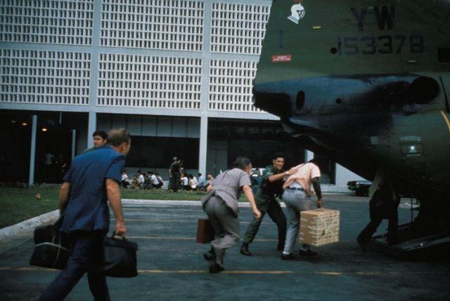 Cuộc di tản dân thường lên máy bay trực thăng của Thủy quân lục chiến Hoa Kỳ bên trong khuôn viên Đại sứ quán Mỹ